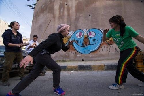 Daniah y Kasandra, mientras practican capoeira.