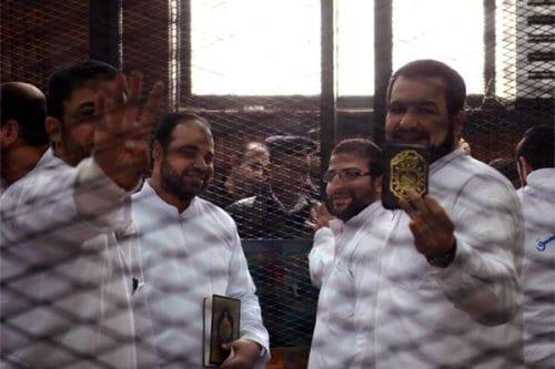 Egipto condena a cadena perpetua a dirigentes de los Hermanos…
