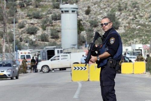 El ejército israelí registra la oficina del gobernador de Jerusalén