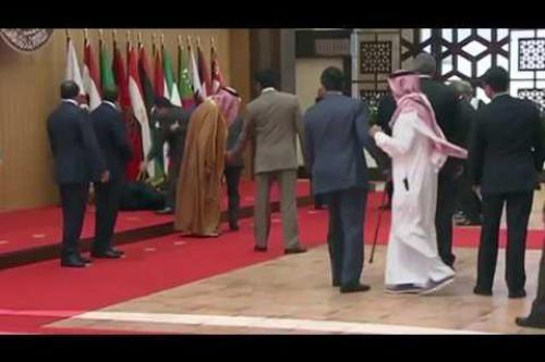 El presidente del Líbano sufre una caída en la Cumbre…