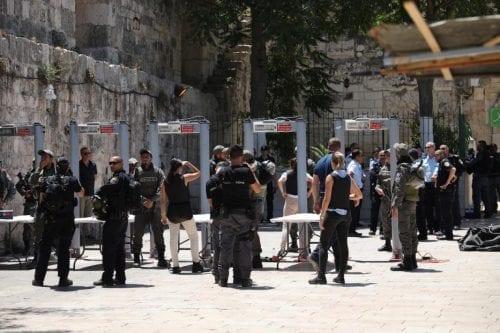 Recordamos la instalación de detectores de metal en Al-Aqsa a…