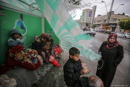 Familias sin hogar se refugian en tiendas improvisadas en Gaza