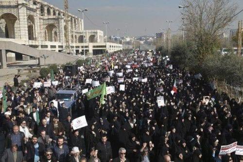 Tres policías iraníes mueren en enfrentamientos con manifestantes