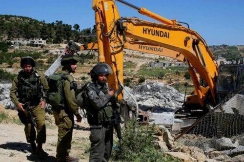 La ocupación israelí derriba un parque infantil para ampliar un…
