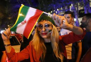 Los iraníes celebran la victoria de su selección en el…