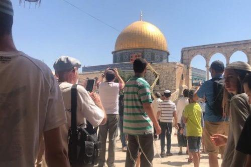 Un grupo de colonos judíos entra en el complejo de…