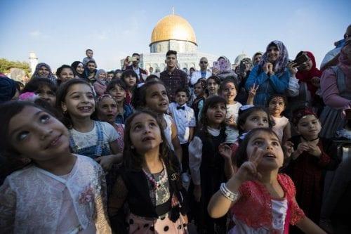 Miles de personas se reúnen en Al-Aqsa para el rezo…