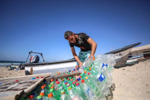 Un pescador gazatí combate la pobreza con un barco a…