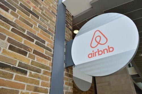 Un gobernador de EE.UU. penalizará a Airbnb por eliminar los…