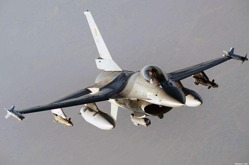 Cazas iraquíes bombardean al Daesh en Siria