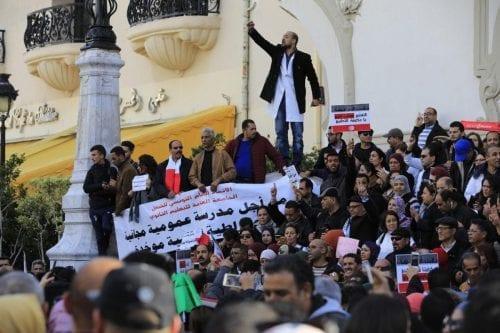 Miles de profesores protestan en Túnez en demanda de un…