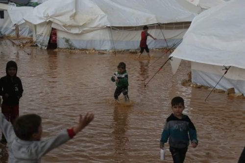 La población siria refugiada pide ayuda tras las inundaciones de…