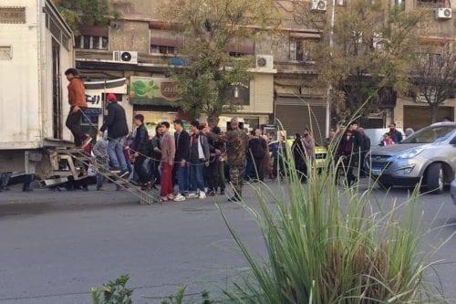 Siria: Una foto que muestra a reclutas forzosos esposados se…