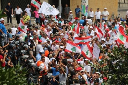 Un hombre en el Líbano se prende fuego al no…