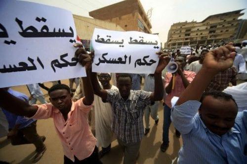 Un policía sudanés muere a causa de sus heridas después…