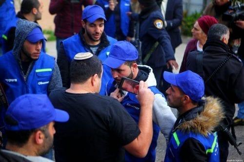 Activistas palestinos intervienen después de que Israel expulse a los…