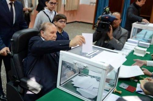 El presidente argelino Bouteflika se presenta como candidato para el…