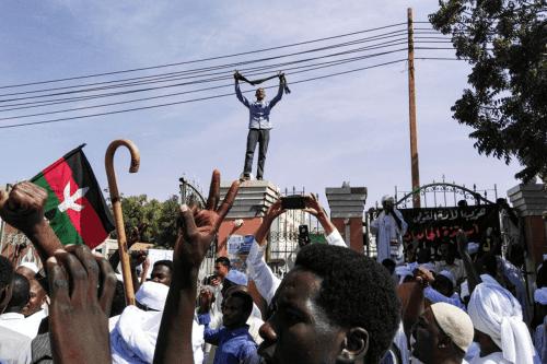 Las fuerzas de seguridad sudanesas utilizan gas lacrimógeno para disolver…