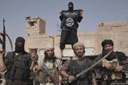 Militantes de Daesh secuestran a tres personas y asesinan a…
