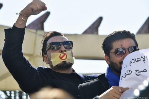 La policía argelina dispersa a periodistas que protestan en la…