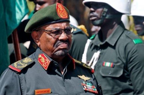 El presidente Bashir de Sudán da la bienvenida a la…