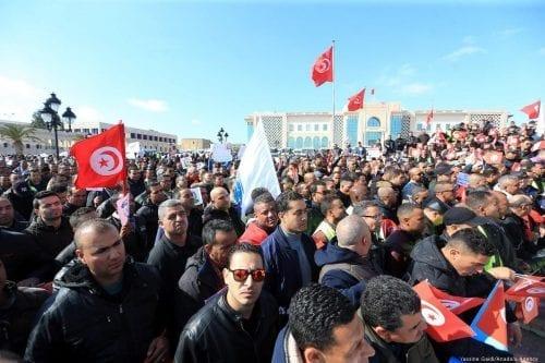 Túnez: Miles de oficiales se manifiestan a las puertas del…