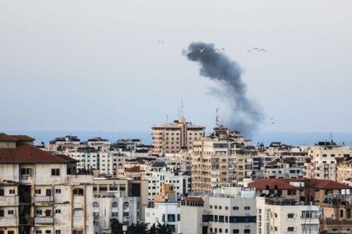 Israel ataca dos posiciones de Hamás en la asediada Gaza