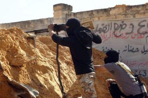 Las fuerzas de Haftar bombardean zonas residenciales pobladas en la…