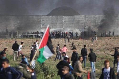Decenas de palestinos heridos en Gaza mientras continúan las protestas