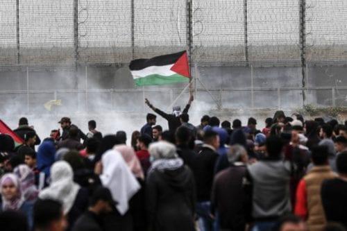 Las fuerzas israelíes matan a un adolescente palestino que protestaba…