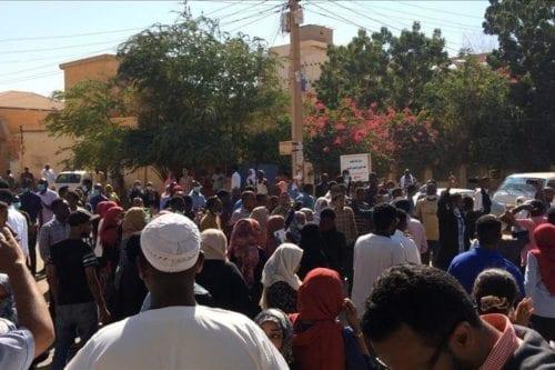 Manifestantes sudaneses entran en la sede del ejército