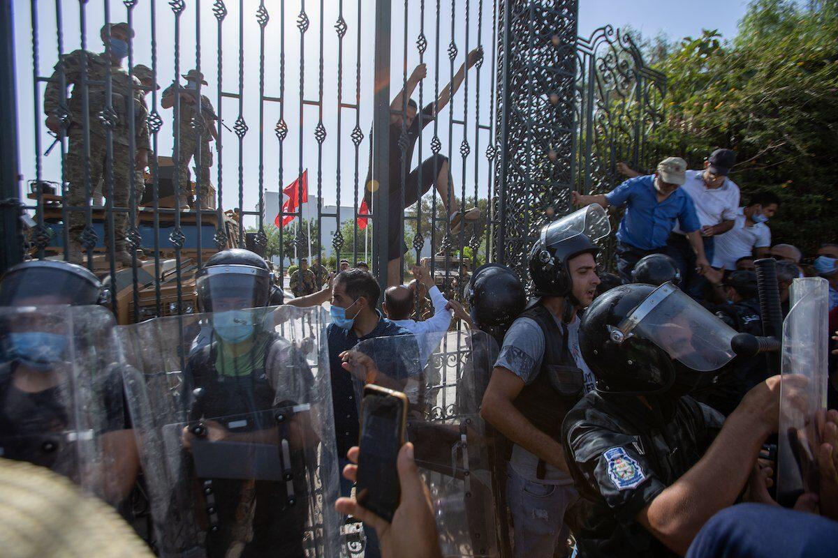 Túnez cae en un peligroso abismo