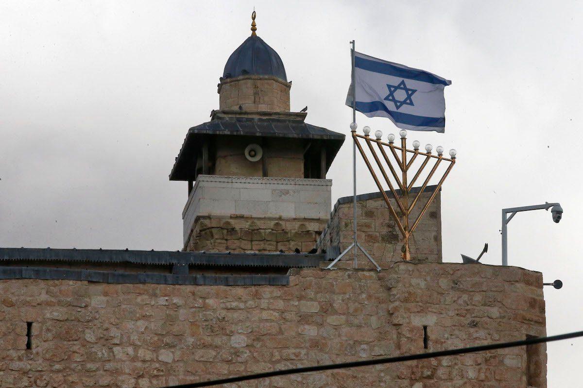 Los colonos atacan la mezquita de Ibrahimi, pero para la AP e Israel es algo habitual